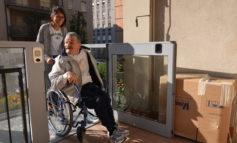 """Amici senza barriere inaugura la nuova piattaforma elevatrice e aiuta i disabili """"A far salire le scale"""""""