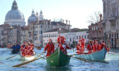 A Venezia la Regata dei Babbi Natale