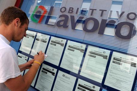 Istat, tasso disoccupazione giovani cala al 32,7%