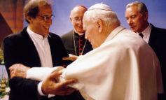 """80 anni di Celentano: parroco chiude messa su note """"Azzurro"""""""