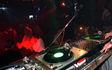 Spray peperoncino in discoteca per furto