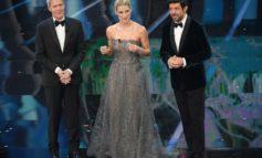 Sanremo, duetto Baglioni-Fiorello. Favino mattatore. Michelle Hunziker arriva con fiore in mano. Pausini al telefono