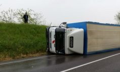 Camion si rovescia su A4, 2 feriti