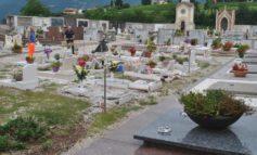 Nel cimitero in auto, danneggia 10 tombe