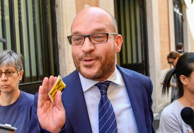 Fontana: 'Famiglie arcobaleno non esistono'. Stop di Salvini poi la replica: 'Polemiche strumentali'