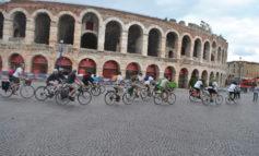 In bici dall'Arena all'Adriatico. La partenza questa mattina in piazza Bra