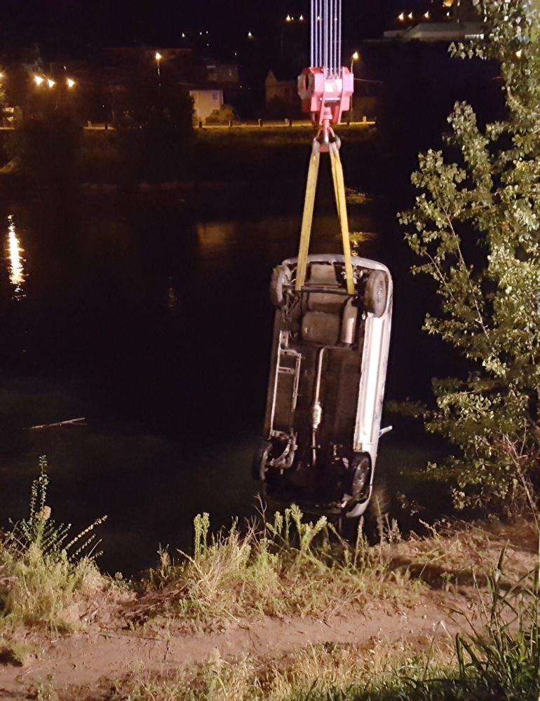Incidente notturno con auto recuperata in acqua in lungadige catena