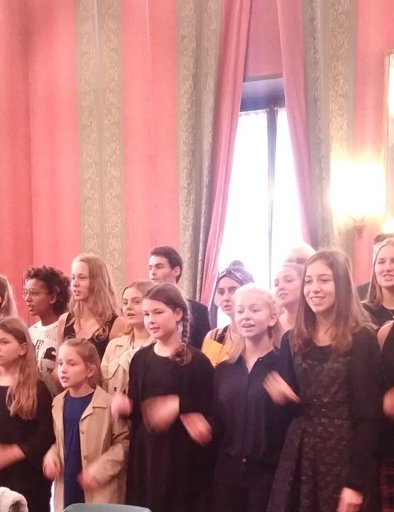 I ragazzi del coro di Salisburgo improvvisano concerto in sala ragazzi
