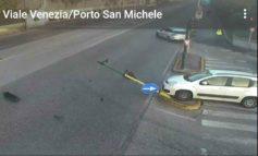 Auto fugge dopo aver abbattuto semaforo in Viale Venezia