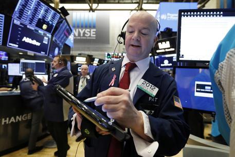 Tonfo Apple affonda Borse, economia mondiale fa paura