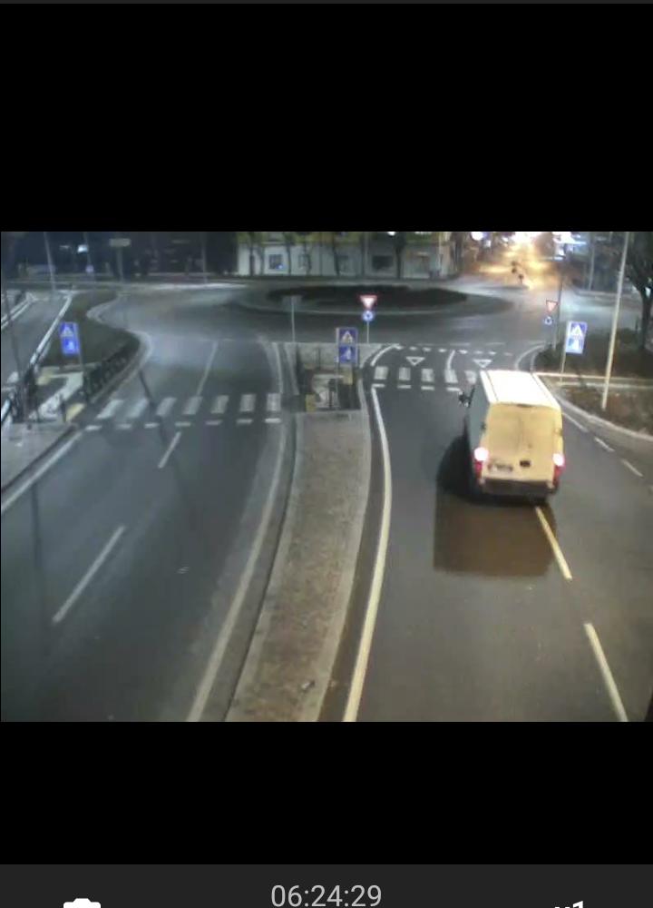 Furgone abbatte semaforo in ZAI. Ricercato il conducente