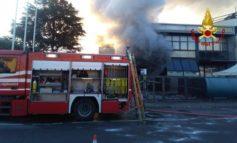 Incendi: bruciate auto vicine a deposito gomme