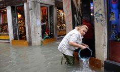 """Acqua alta, firmato il quinto decreto per i risarcimenti. Brugnaro: """"Ad oggi 1.283 soggetti possono contare sul contributo. Già corrisposti più di 6,5 milioni di euro"""""""