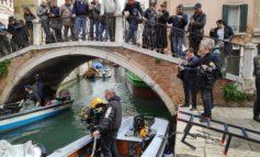 Domenica i gondolieri sub tornano a ripulire le acque dei canali di Venezia