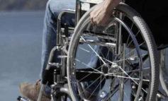 Ragazzi sulla sedie a rotelle si raccontano agli studenti