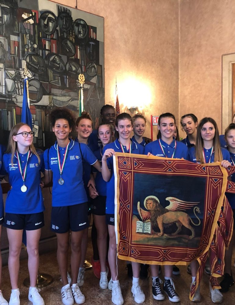 """Volley. Le campionesse d'Italia Under 14 della Gielle ImocoVolley San Dona' ricevute dal Vicepresidente Forcolin, """"Orgoglioso di consegnare la bandiera del Veneto"""""""