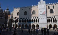 Entrano nel vivo i lavori di restauro della balconata di Palazzo Ducale. Intervento finanziato da Volotea, grazie ad un accordo con il Comune di Venezia e la Fondazione Musei Civici