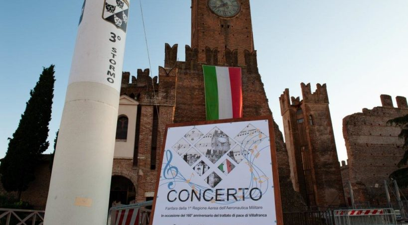 RIl 3° Stormo e la Fanfara della 1^ Regione Aerea dell'Aeronautica Militare tingono d'azzurro il Castello di Villafranca di Verona