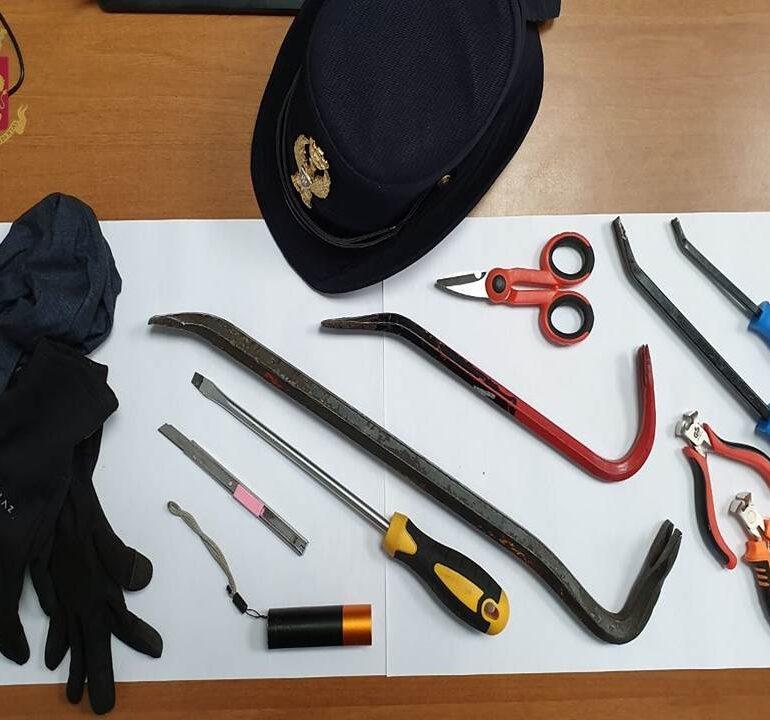Verona. La Polizia di Stato rinviene numerosi utensili atti allo scasso all'interno di un'auto. Denunciata una donna italiana.
