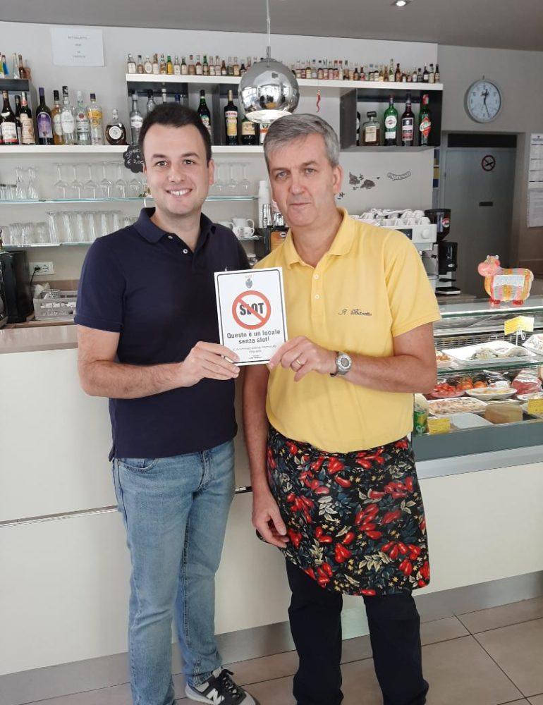"""""""No slot"""": l'assessore Venturini consegna altre 3 targhe di ringraziamento ad altrettanti bar in Comune di Venezia che hanno deciso di non avere slot machine nel proprio locale"""