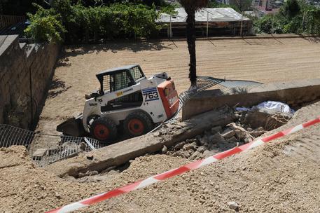 Scavatrice si rovescia, morto 25enne nel Veronese