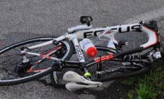 Auto svolta mentre arriva la bici: il ciclista sfonda il parabrezza e muore