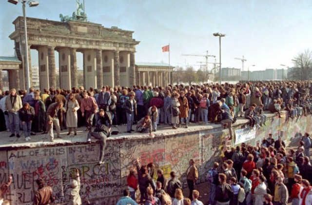 """30 anni fa cadde il Muro di Berlino. Zaia, """"La forza della libertà fu inarrestabile. L'Italia è una democrazia salda e forte ma per crescere deve abbattere il muro del centralismo attraverso l'autonomia"""""""