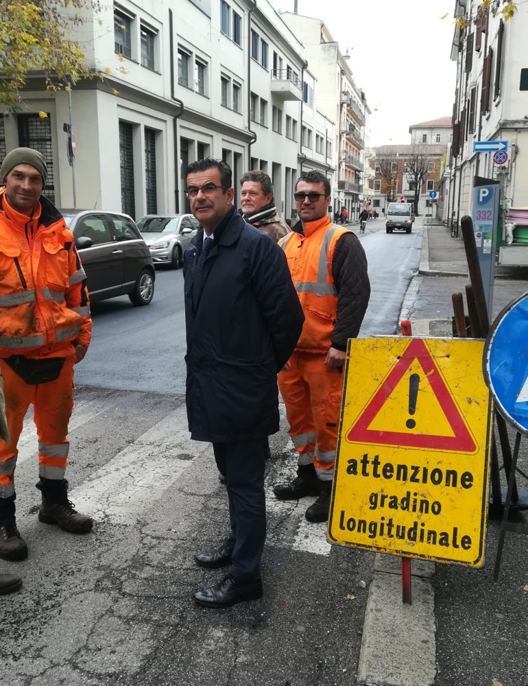 """Asfaltatura Via Saffi. Ass. Padovani """"Lavoro lampo per riqualificare la strada prima dell'inverno"""""""