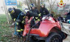 Auto si schianta contro un albero, tre morti
