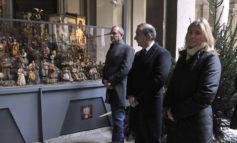 Natale. Sala e De Magistris accendono il presepe a Palazzo Marino