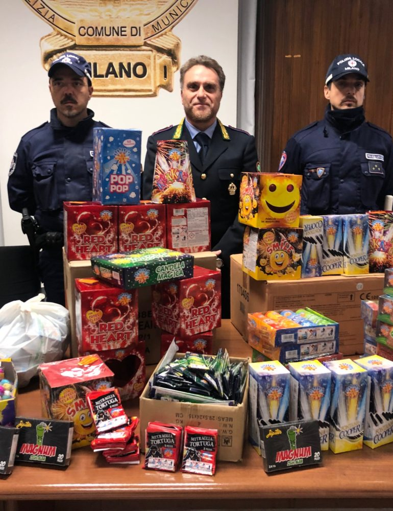 Polizia locale. Sequestrati 100 kg di fuochi d'artificio conservati senza rispettare le norme di sicurezza. I tre gestori sono stati denunciati anche per aver venduto materiale esplodente a minorenni