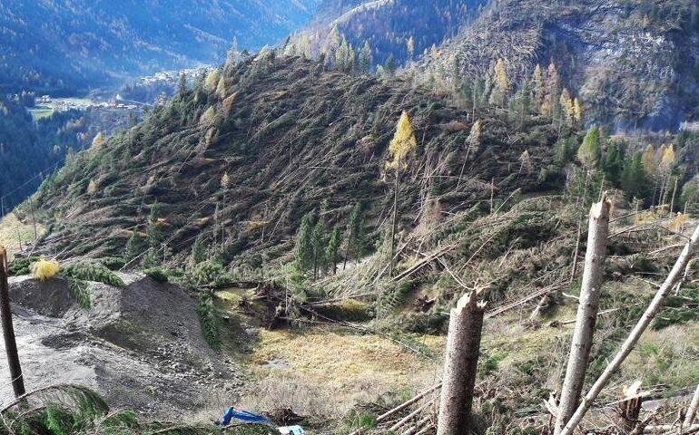 """Commissario maltempo 2018. Avviati i lavori di pulizia del Lago di Alleghe. Zaia, """"Già asportati oltre 18.000 mc di ghiaia. Avanti tutta con le opere Post Vaia"""""""