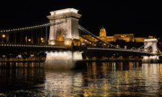 La prima Tappa del Giro d'Italia impreziosita dal passaggio sul Ponte delle Catene di Budapest