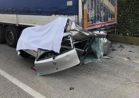 Perde il controllo dell'auto che va sotto il rimorchio di un Tir, morto 18enne vicentino