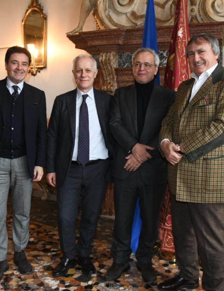 Mentana e Fontana consegnano al sindaco Brugnaro un assegno di 900mila euro: la solidarietà di tante persone per la città di Venezia