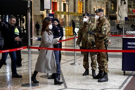 Coronavirus: Oggi la decisione sulla nuova stretta. A Milano militari in strada