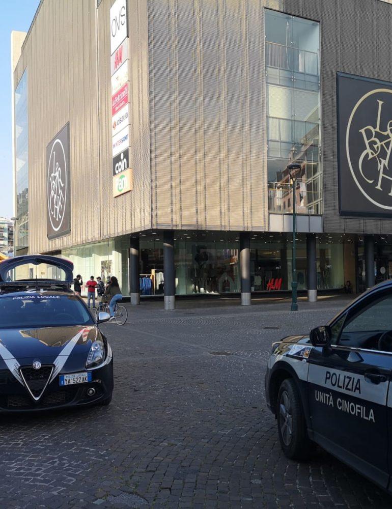 Quindicenne con tirapugni in centro a Mestre: bloccato e denunciato dalla Polizia locale