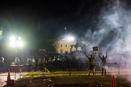 In Usa sesta notte di incidenti Tafferugli alla Casa Bianca