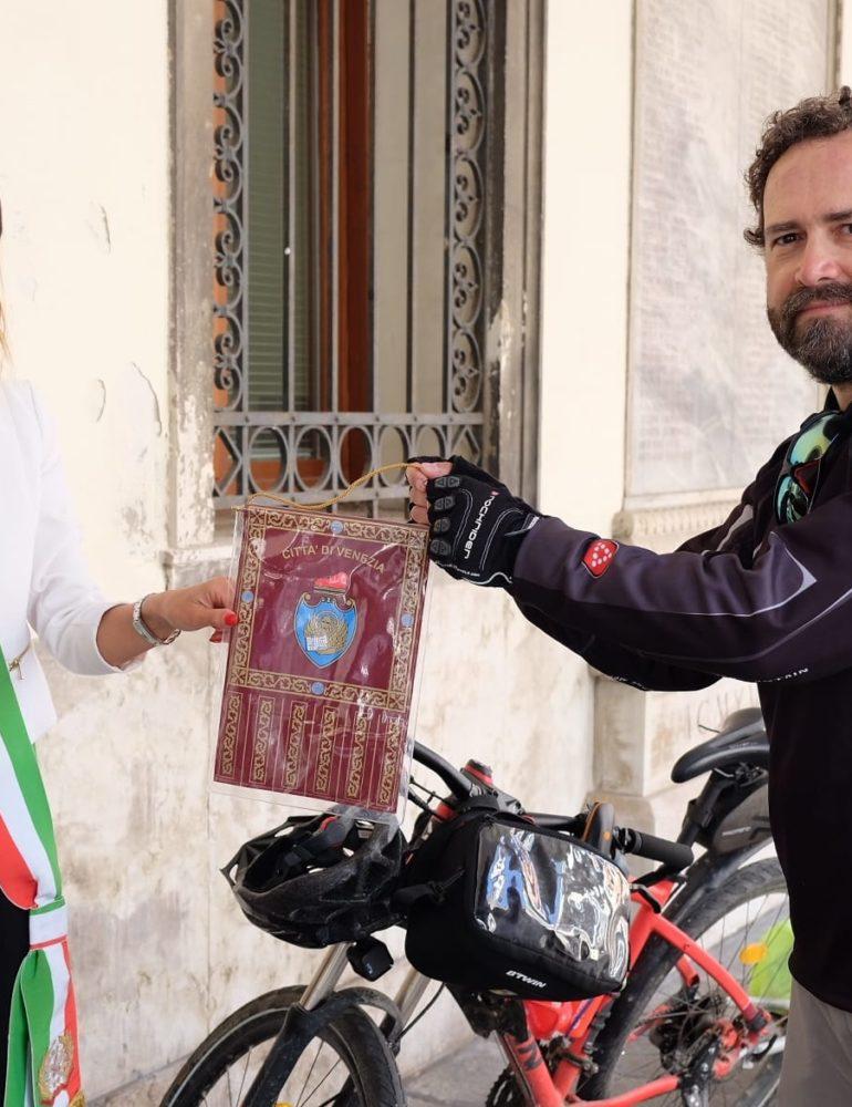 La presidente del Consiglio Damiano e il ciclista Luigi Scuto si scambiano i gagliardetti delle città di Torino e Venezia. Iniziativa per promuovere il legame tre Nord Est e Nord Ovest dell'Italia anche attraverso la ciclovia Ven-To