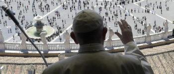 Papa Francesco si affaccia alla finestra: 'Un piacere tornare'
