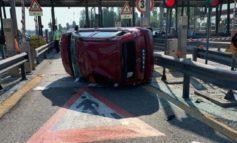 Auto si cappotta al casello A4 di Mestre, nessun ferito