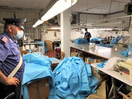 Camici ospedalieri in laboratorio clandestino cinese, rifornivano anche la sanità del Veneto