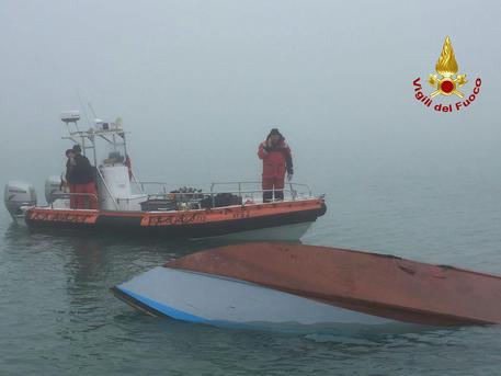 Barca si rovescia a Venezia con tre a bordo, salvi