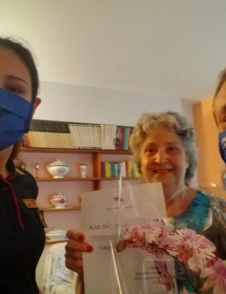 Verona. Deruba un'anziana dopo aver finito di aiutarla. La Polizia di Stato interviene per rassicurare e aiutare la signora