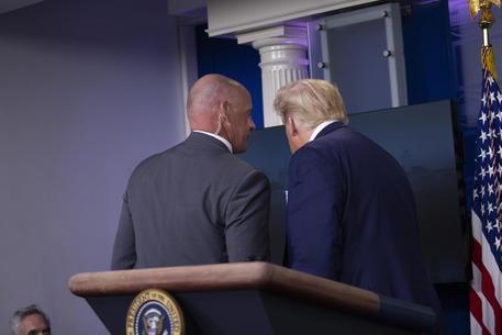 Spari fuori dalla Casa Bianca, Trump viene scortato via