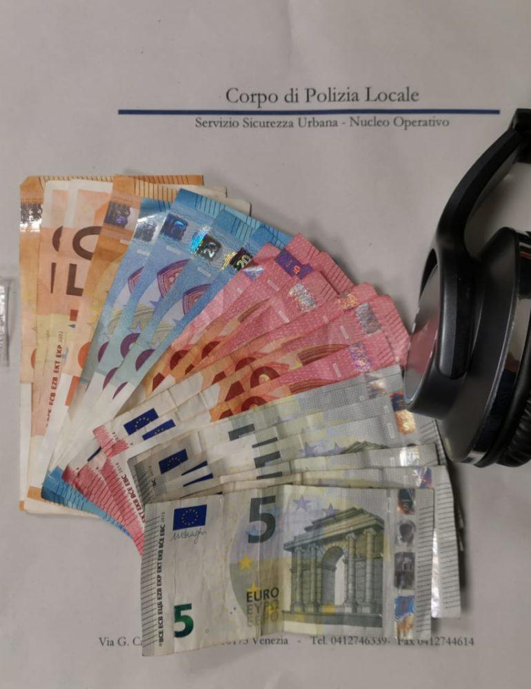 Spaccia eroina in cambio di denaro e di un paio di cuffie bluetooth, arrestato dalla Polizia locale