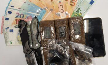 Tenta di superare il controllo in stazione a Peschiera del Garda: giovane italiano arrestato con mezzo chilo di hashish dalla Polizia di Stato