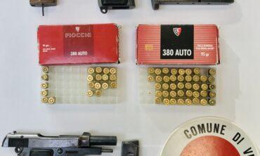 Deteneva pistola con matricola abrasa, la Polizia locale arresta un trentaseienne di Mestre